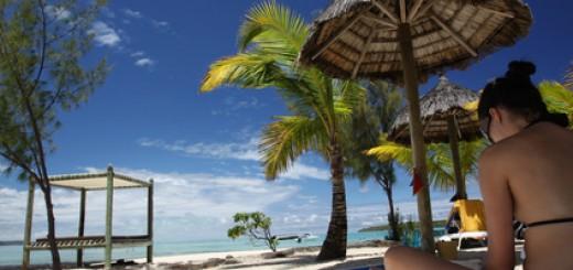 Singlereisen:Eine Frau im Liegestuhl am Strand von Mauritius.